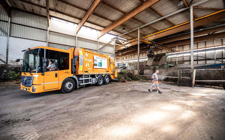 Mitarbeiter mit Ghüderwagen in Firma