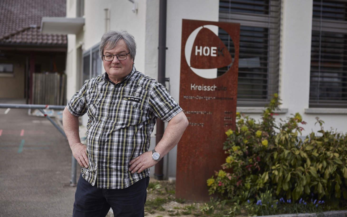 Jakob Baumgartner steht stolz vor der Kreisschule Oekingen