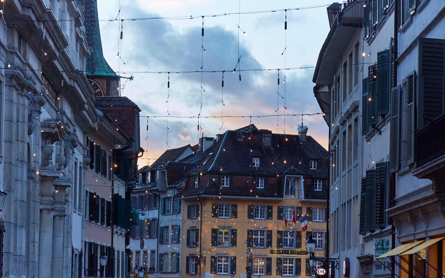 Weihnachtsbeleuchtung Stadt Solothurn in der Abenddämmerung