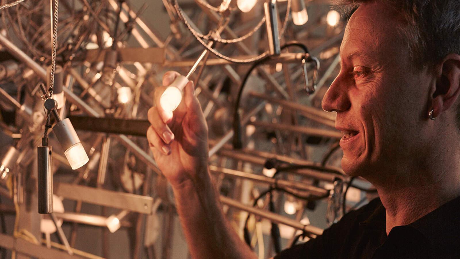 Handwerker testet die neue Weihnachtsbeleuchtung