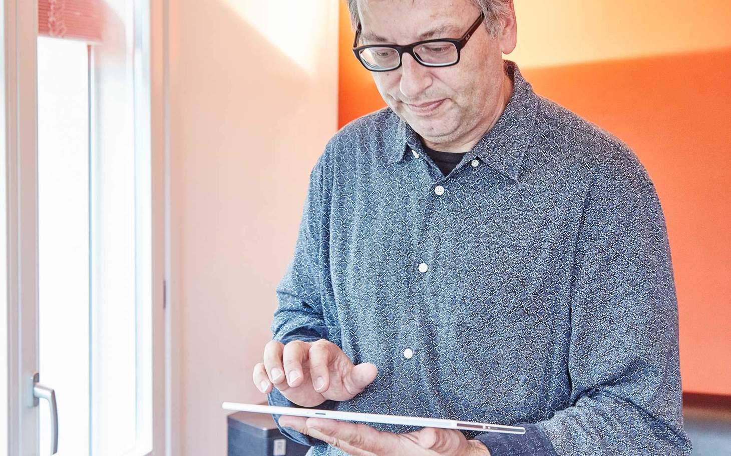 Herr Batzli mit Tablet in der Hand