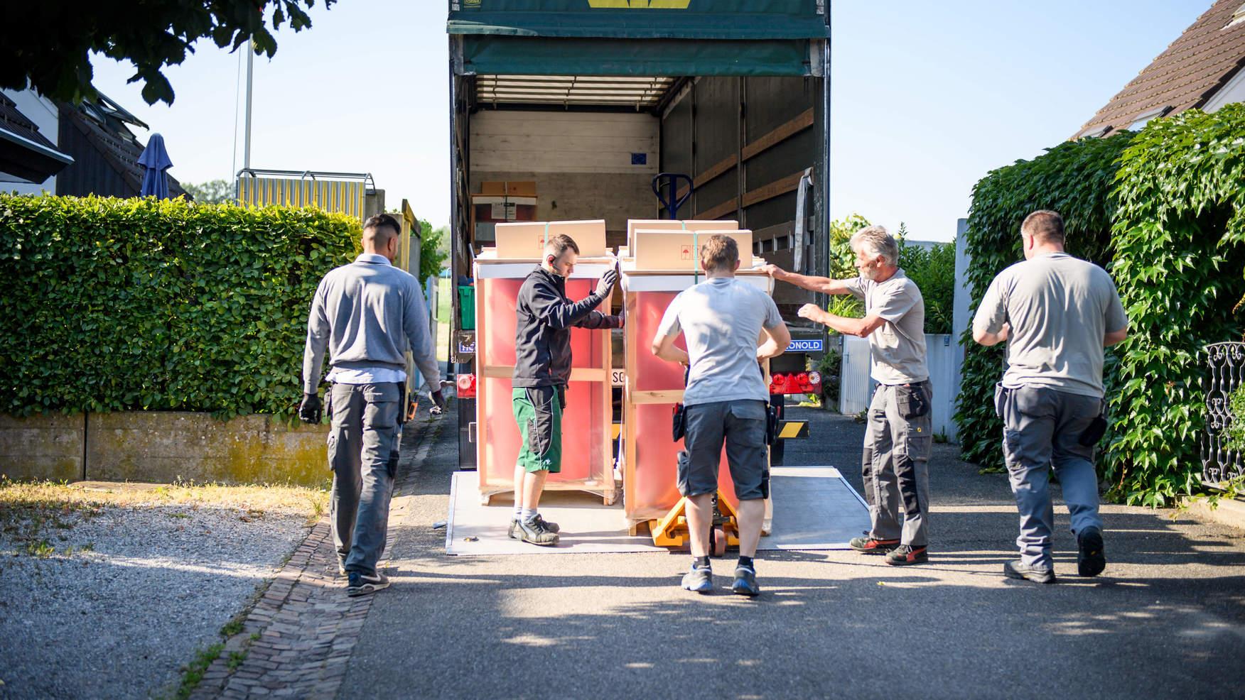 Arbeiter entladen Lieferwagen im Zälgli Bätterkinden