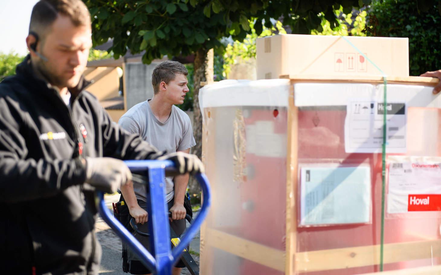 Handwerker transportieren das neue Heizzystem