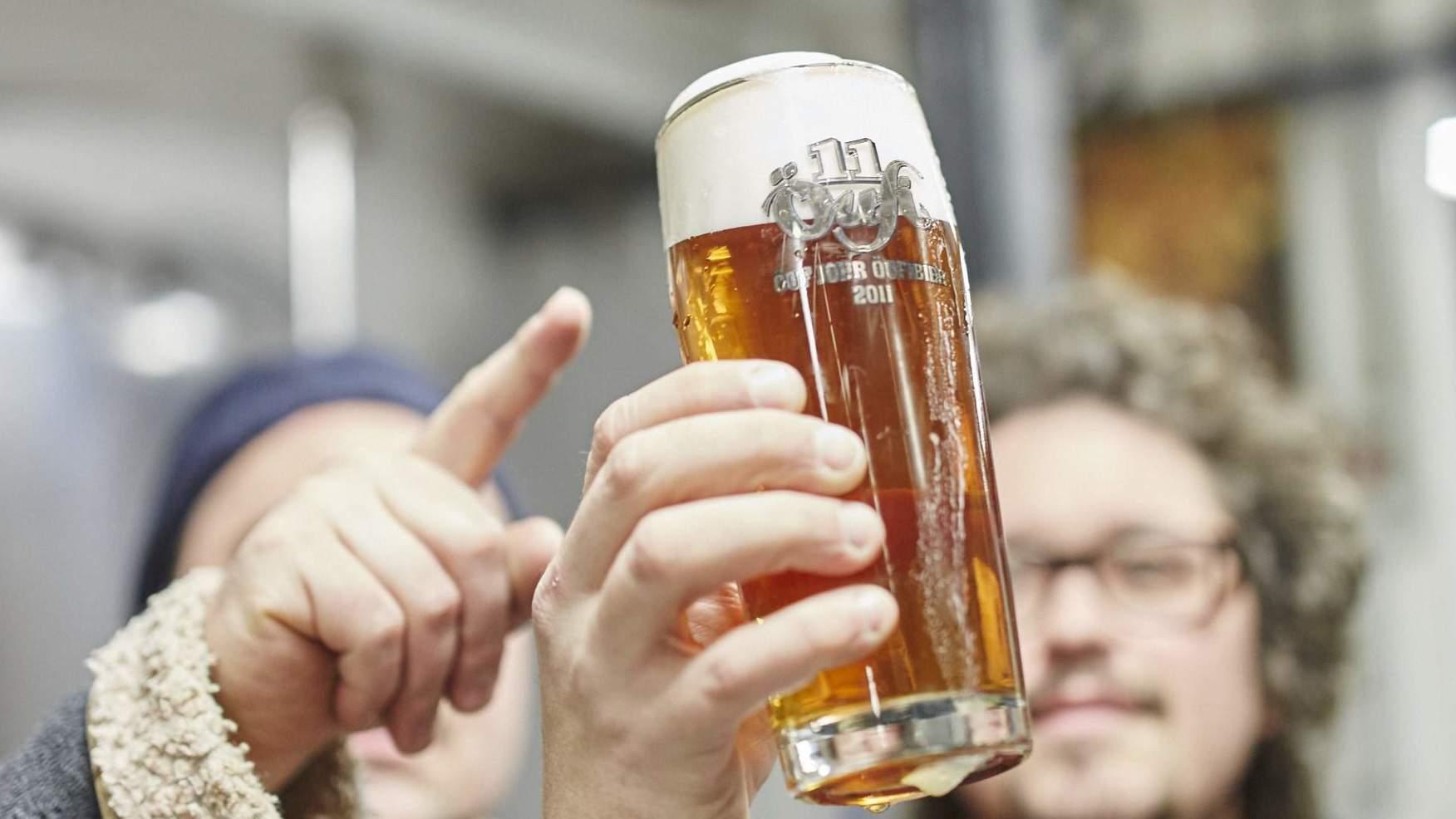 Brauer kontrollieren die Farbe und Qualität des Öufi-Bier