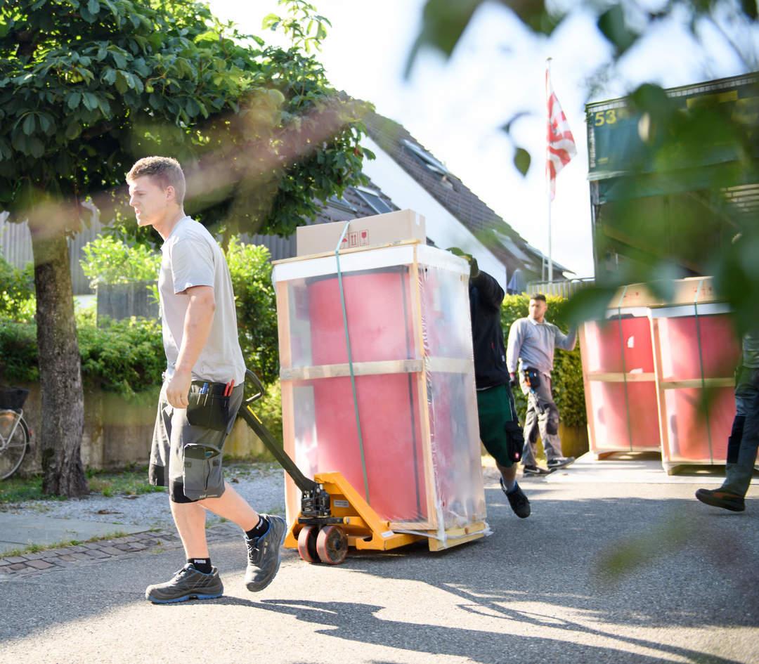 Handwerker entladen ihr Lieferwagen