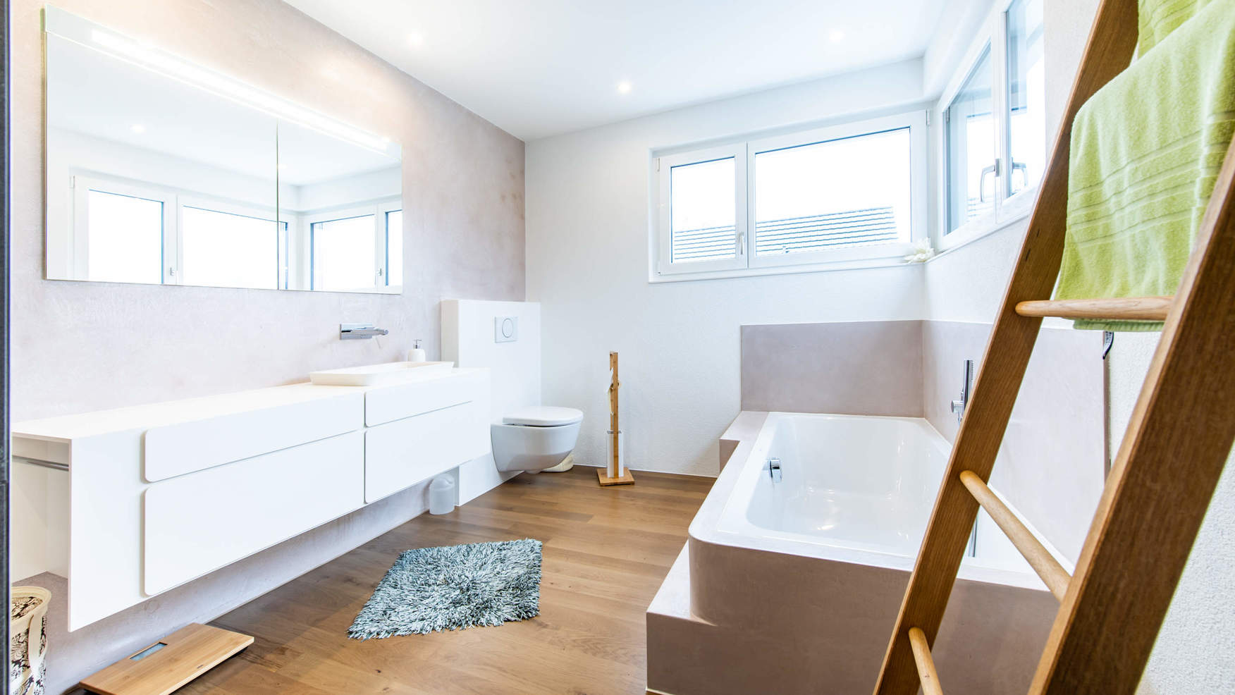 Umgebautes Badezimmer mit Beleuchtung