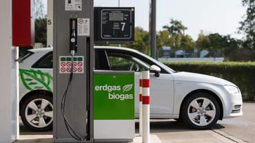 Auto steht vor einer Biogas Erdgas Tanksäule