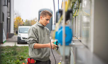 Elektroinstallateur draussen am arbeiten