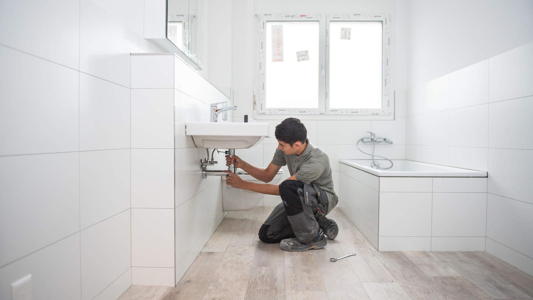 Sanitärinstallateur bei der Arbeit
