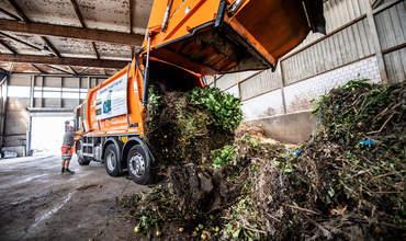 Oranger Lastwagen in der Kompogas Anlage in Utzenstorf