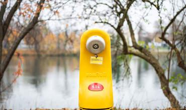 Gelber Hydrant vor der Aare