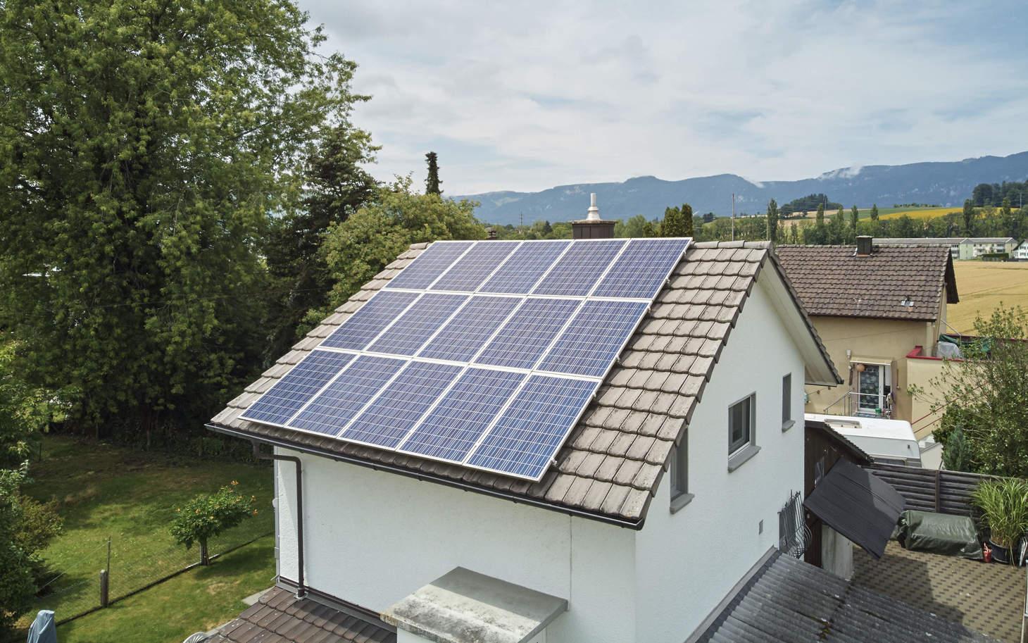 Seitenansicht von einem Haus mit einer Photovoltaik-Anlage