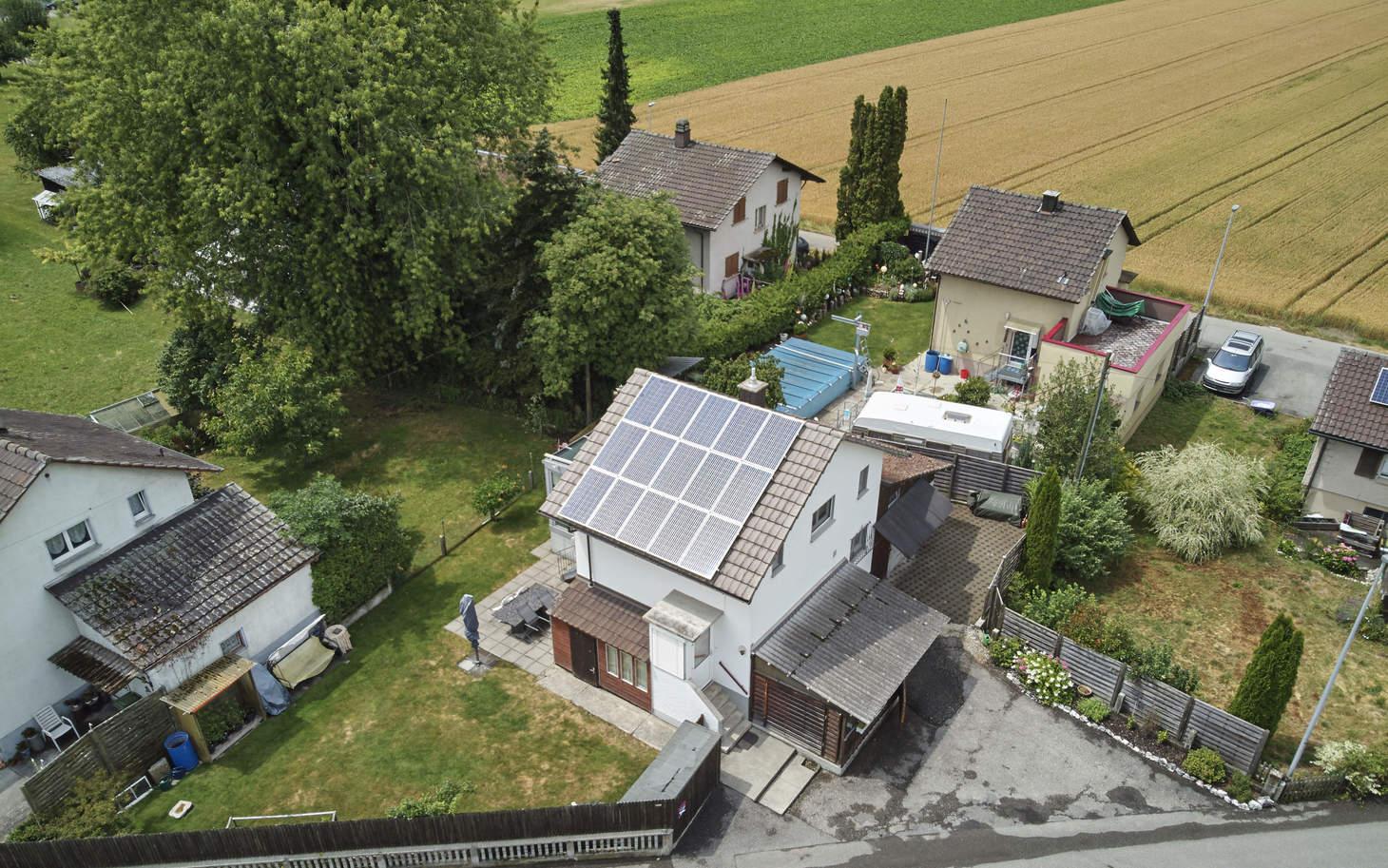 Luftaufnahme von einem Haus mit einer Photovoltaik-Anlage