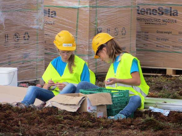 Zwei Schülerinnen sortieren die Schrauben