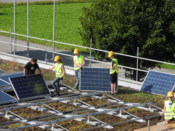 Die Schüler transportieren die Sonnenkollektoren