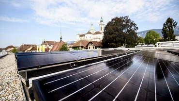 Dach mit Sonnenkollektoren